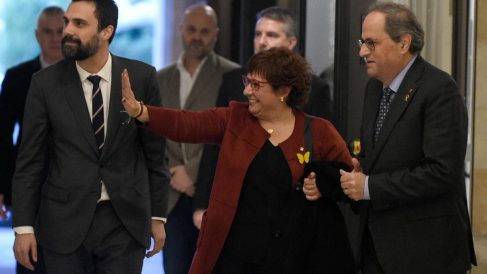 Dolors Bassa, la exconsejera catalana de Trabajo encarcelada por su implicación en la celebración del referéndum ilegal del 1-O., saluda entre Roger Torrent y Quim Torra. Foto: AFP
