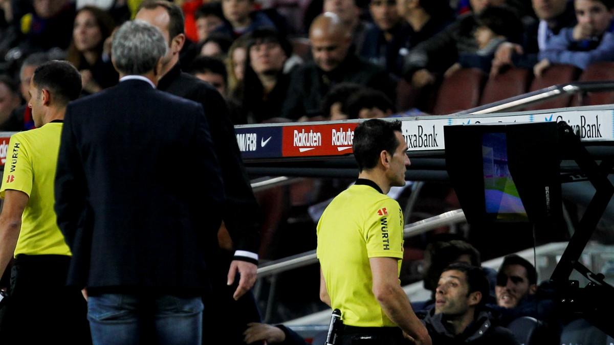 Martínez Munuera consulta el VAR durante el partido entre el Barcelona y la Real Sociedad. (EFE)