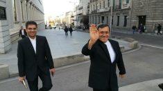 El embajador de Irán, Hasan Qashqavi, saliendo este lunes del Congreso tras reunirse en secreto con el PSOE. (Foto: S. Sanz)