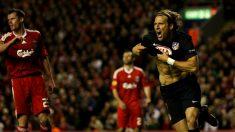 Diego Forlán celebra su gol en Anfield en el Liverpool-Atlético de la Europa League de 2010. (Getty)