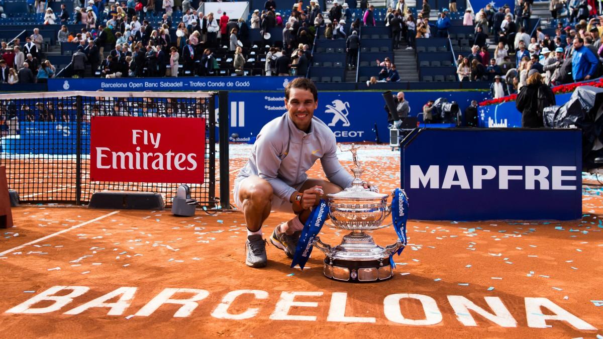 Rafael Nadal posa con el trofeo del campeón del Godó 2018. (Getty)