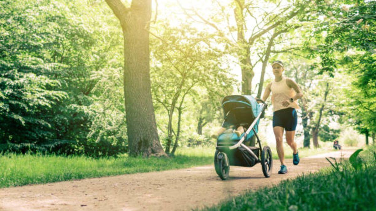 Descubre algunos de los ejercicios que puedes hacer mientras paseas al bebé en el cochecito