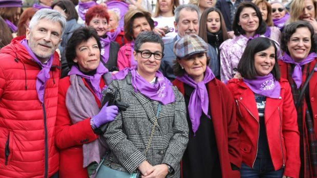 Ministras y ex ministras de Sánchez con guantes de látex en el 8M amenazado por el coronavirus