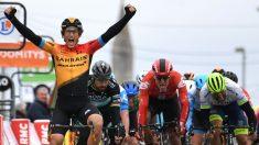 Iván García Cortina levanta los brazos delante de Peter Sagan. (AFP)