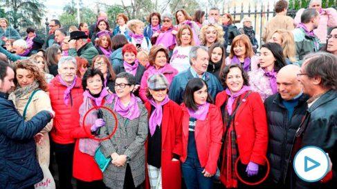 Isabel Celaá, ministra de Educación, y Magdalena Valario, ex ministra de Trabajo, con guantes de látex morados junto a otras ministras en la manifestación feminista del 8M en Madrid.