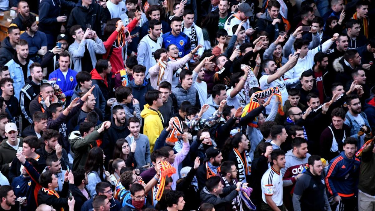 La afición del Valencia, en los alrededores de Mestalla (Getty).