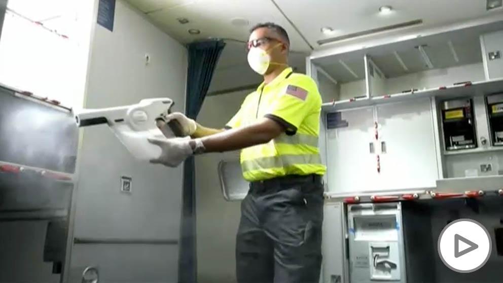 Una aerolínea estadounidense desinfecta sus aviones para prevenir contagios por coronavirus
