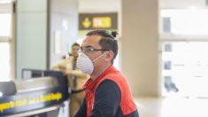 Un pasajero con mascarilla en el aeropuerto Adolfo Suárez-Madrid Barajas. (Foto: EP)