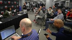 Los periodistas guardan la distancia de seguridad en la rueda de prensa con Coby White. (AFP)
