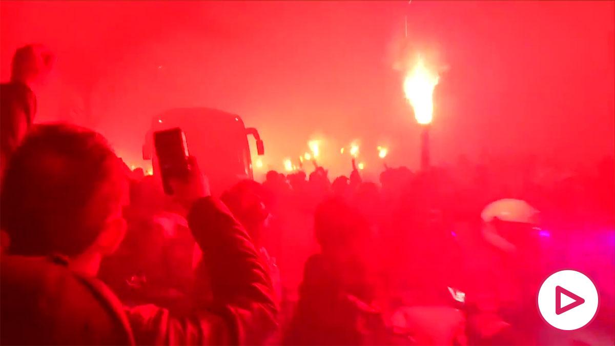 La afición del PSG recibe a su equipo, pese a no poder entrar en el estadio.