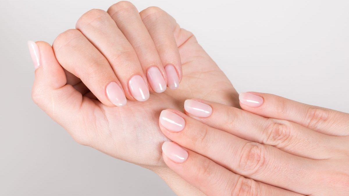 Las Milky Nails son tendencia en manicuras esta temporada