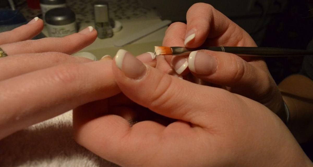 ¿Sabes cómo quitar el esmalte permanente de las uñas? Apunta estos trucos