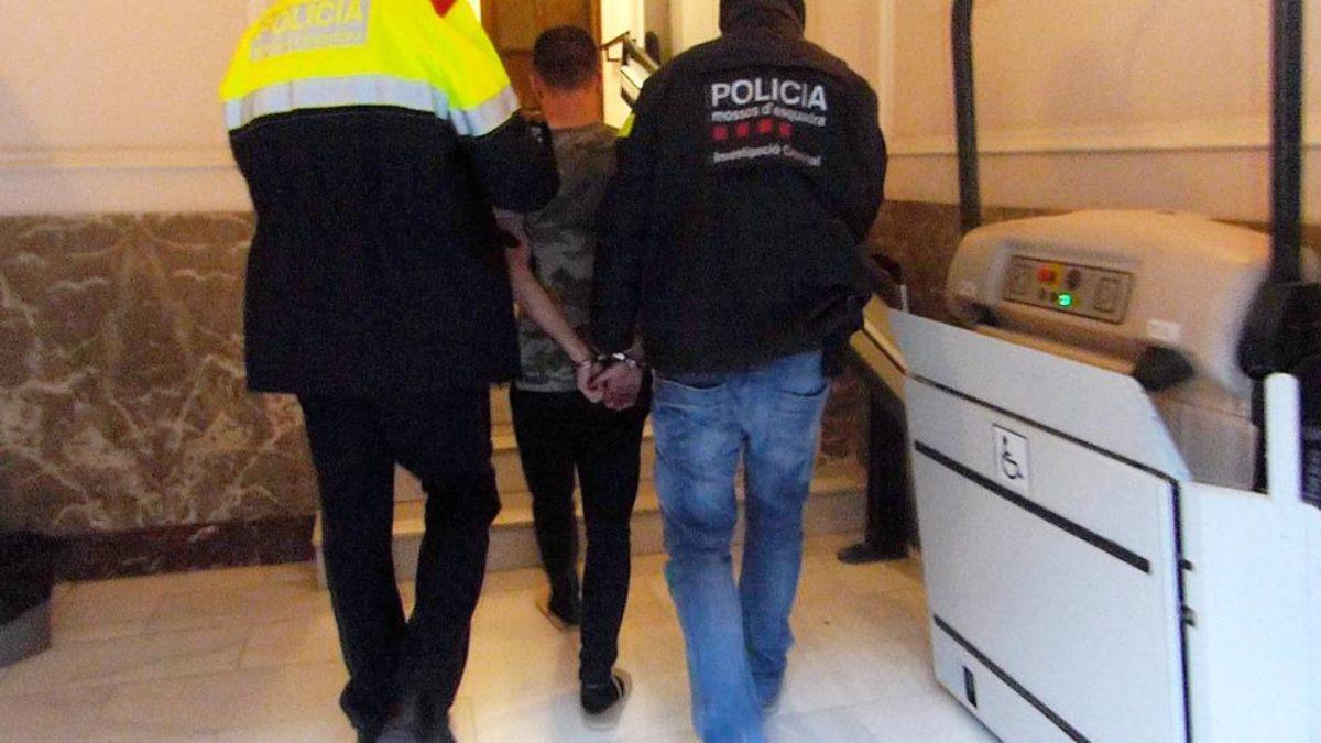 La policía con un detenido.