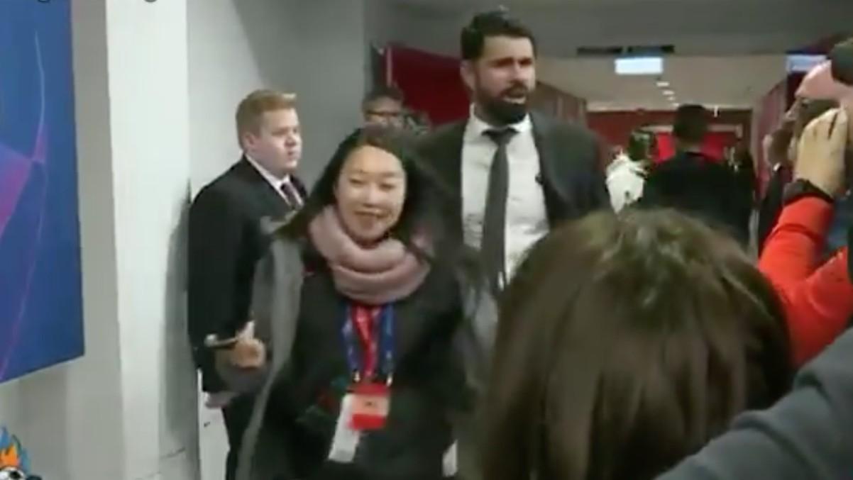 Diego Costa simula toser encima de los periodistas en plena crisis del coronavirus.