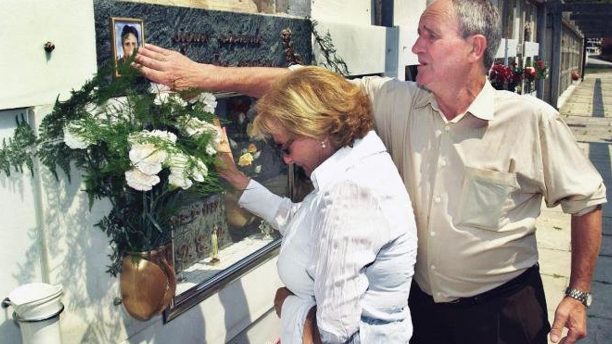 Los padres de Miguel Ángel Blanco, el ex concejal del PP en Ermua secuestrado y asesinado por ETA, visitando la tumba de su hijo. Foto: Twitter