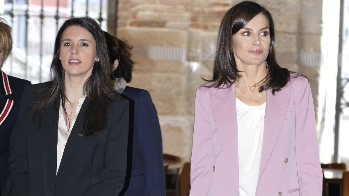 La Ministra de Igualdad, Irene Montero, y la Reina Letizia llegan a la mesa de trabajo organizada por la Asociación para la Prevención, Reinserción y Atención de la Mujer Prostituida (APRAMP) en el Centro Asociado de la UNED Madrid Escuelas Pías, en Madrid. (Foto: Europa Press)