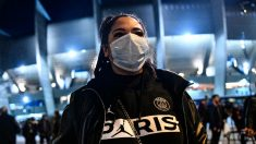 Una aficionada del PSG, a las puertas del estadio tras el partido ante el Dortmund. (Getty)