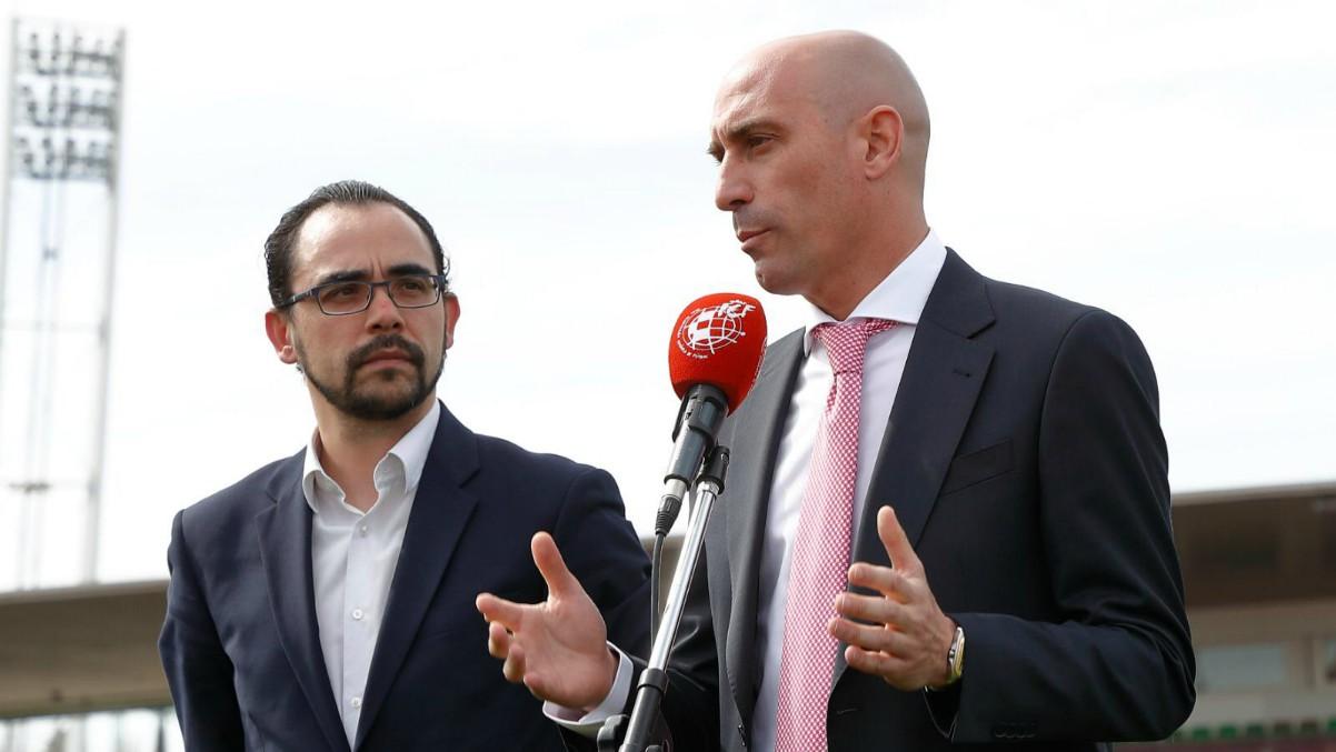 Luis Rubiales, junto al director de competiciones, Alfredo Olivares.