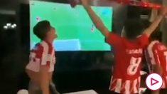 La familia de Simeone celebra la clasificación del Atlético para los cuartos de la Champions frente al Liverpool.