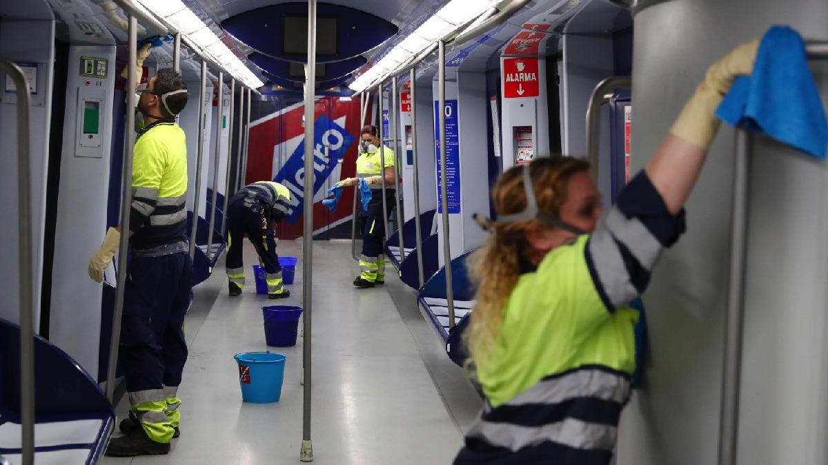 Trabajadores de Metro limpieando un vagón este jueves por el coronavirus. (Foto: Comunidad)