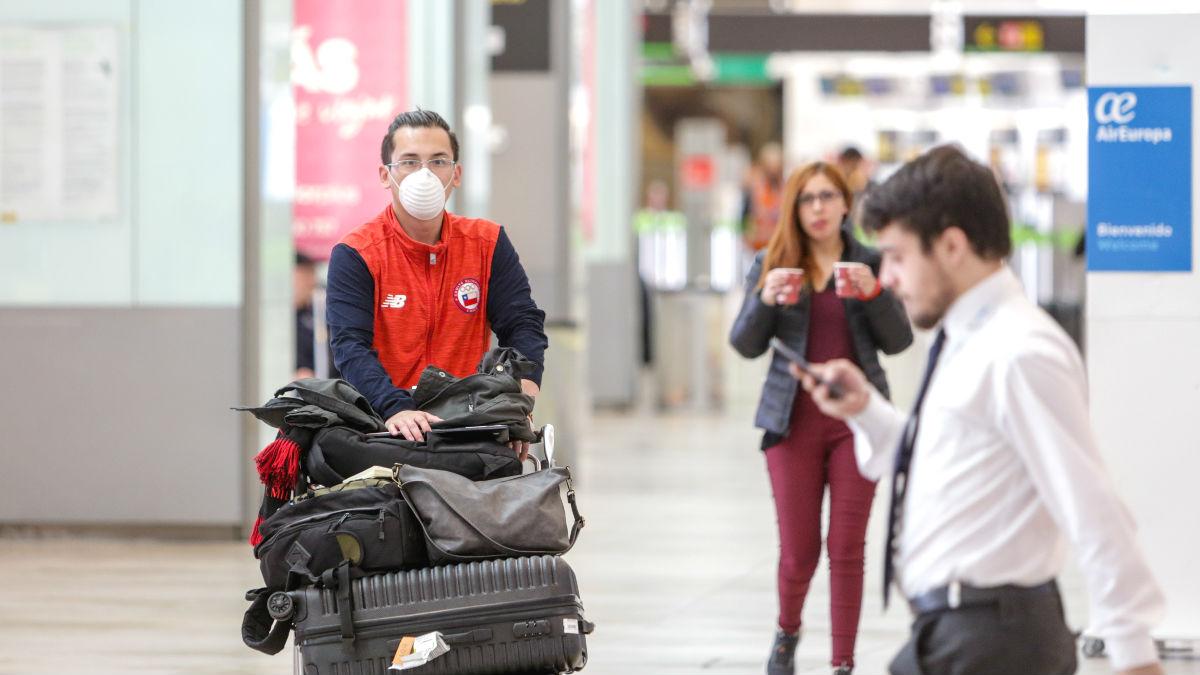 Pasajeros y trabajadores en el aeropuerto Adolfo Suarez-Madrid Barajas. (Foto: Europa Press)