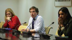 Almeida y Villacís, con los servicios municipales esenciales frente a la crisis del coronavirus. (Foto: Madrid)