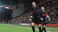 Morata, junto a Koke en Anfield. (AFP)