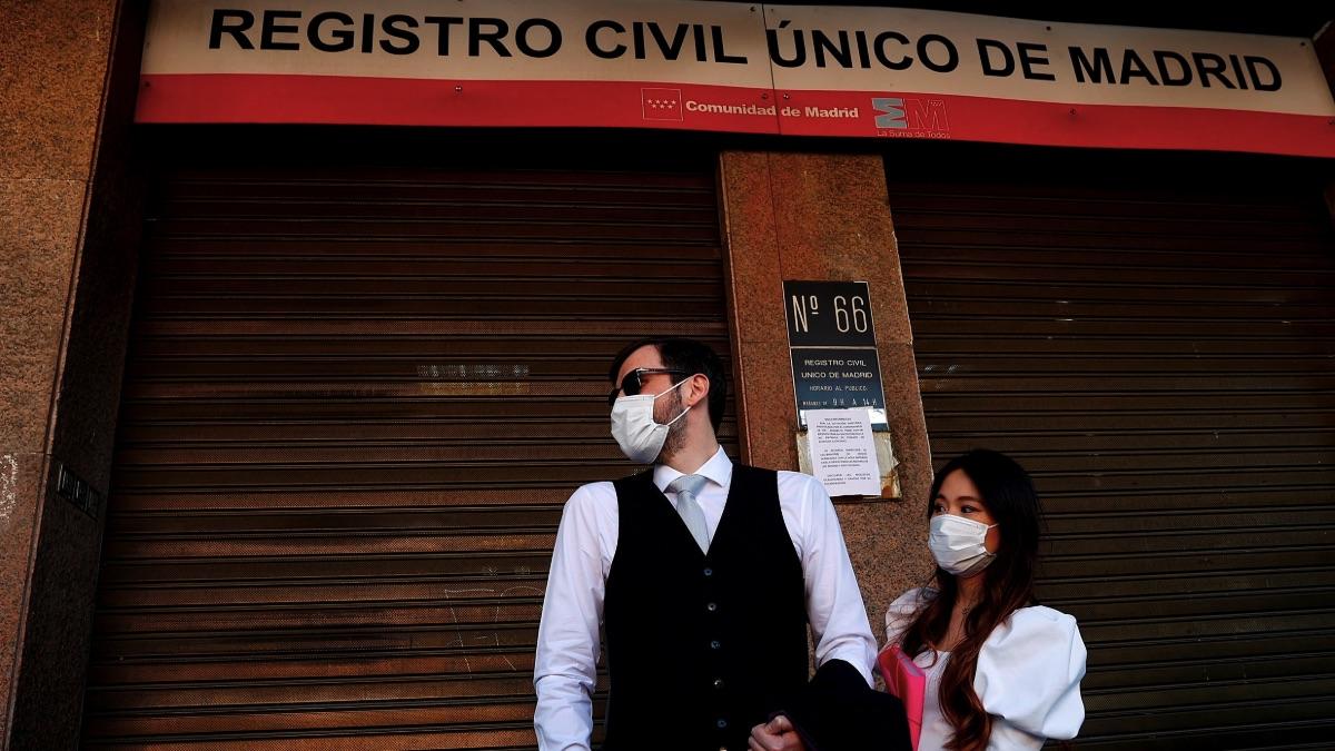 Una boda sin invitados por el coronavirus en Madrid. (Foto: EFE)