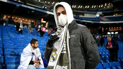 Aficionado con mascarilla en el Clásico disputado en el Bernabéu. (Getty)