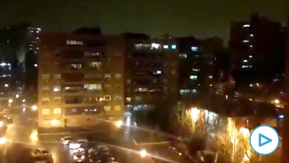 Los españoles aplaudiendo desde sus casas a médicos, enfermeros y demás personal sanitario en la noche de este domingo.