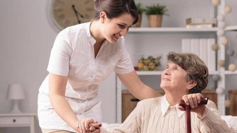 Anciana y cuidadora
