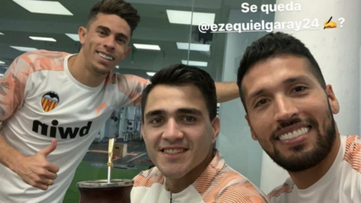 Garay, junto a Maxi Gómez y Gabriel Paulista en Paterna.