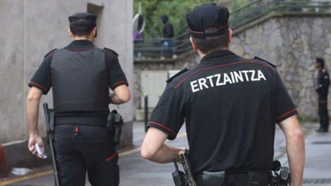 Imagen de archivo de agentes de la Ertzaintza durante una actuación. Foto EFE