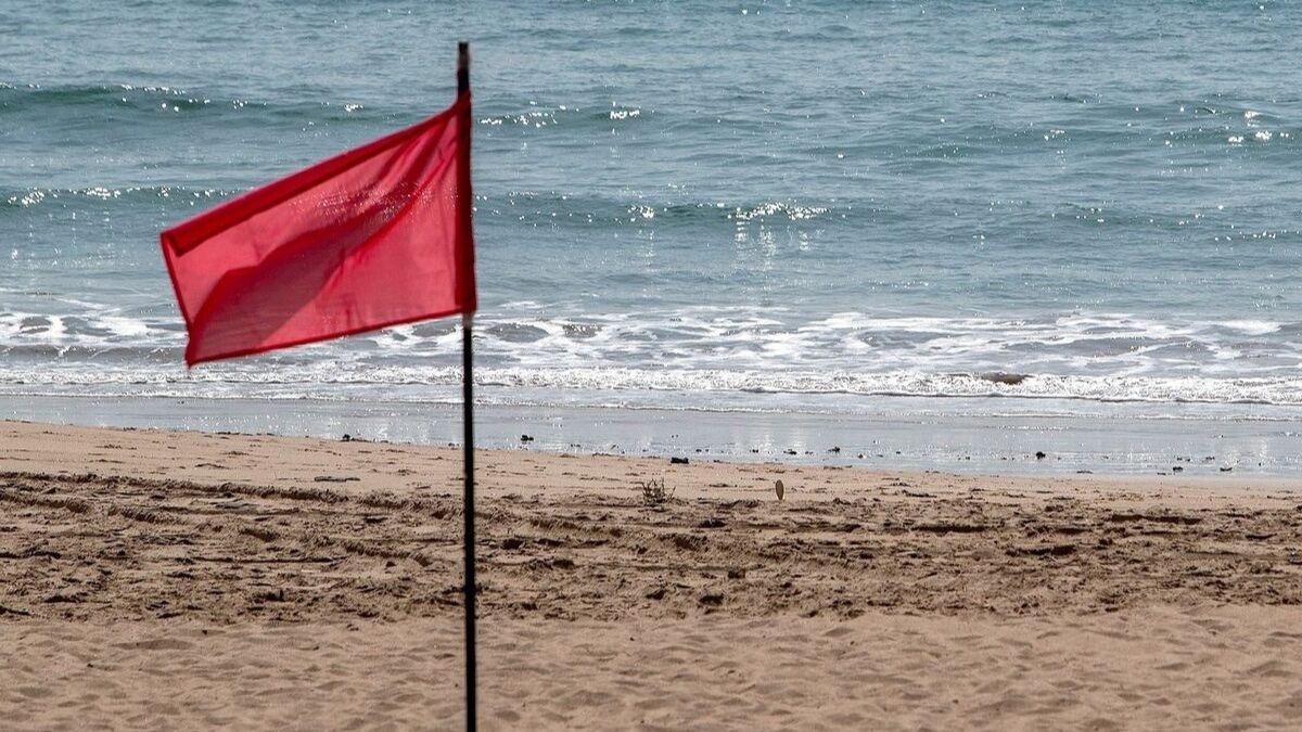 Álvaro Moreno viste a los vigilantes de las playas de Andalucía