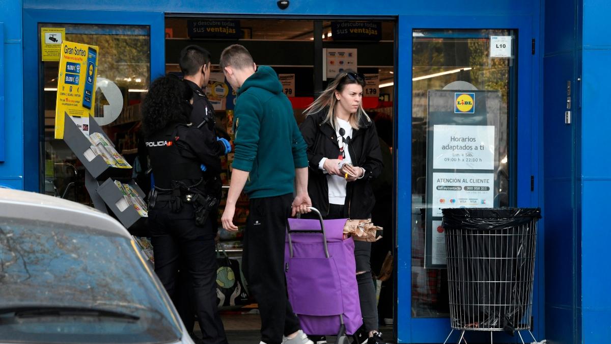 Policías custodiando el acceso a un supermercado en Madrid.