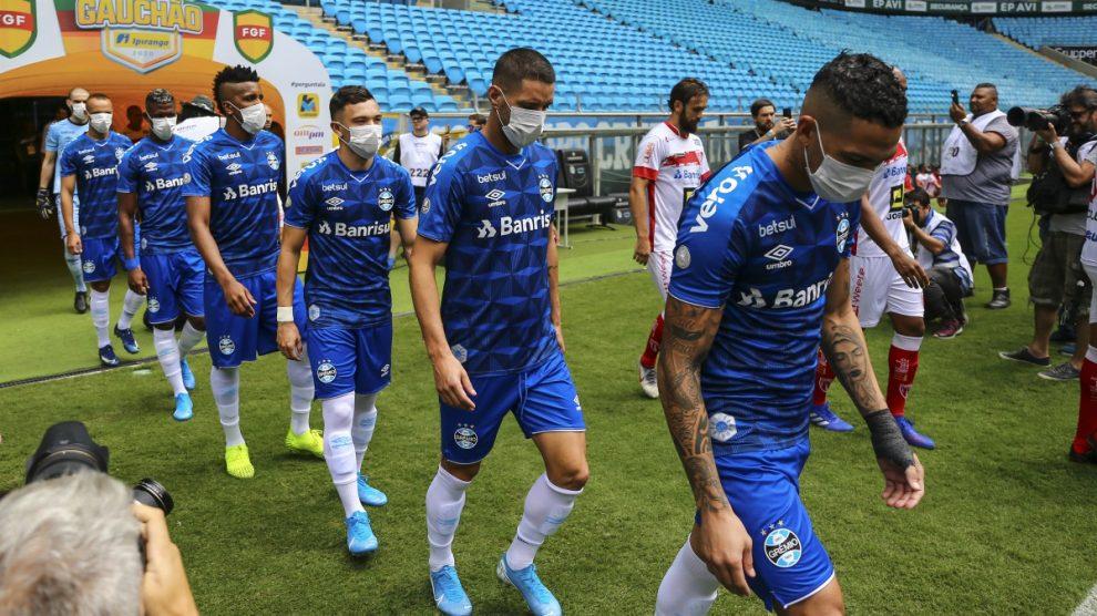 Los futbolistas de Gremio saltaron con mascarillas en señal de protesta para que se pare el campeonato brasileño por el coronavirus. (Getty)