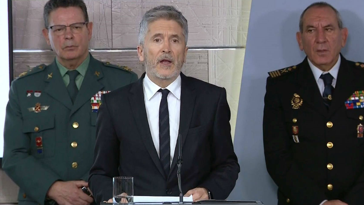 El ministro de Interior, Fernando Grande-Marlaska, con el ex DAO Laurentino Ceña a sus espaldas.