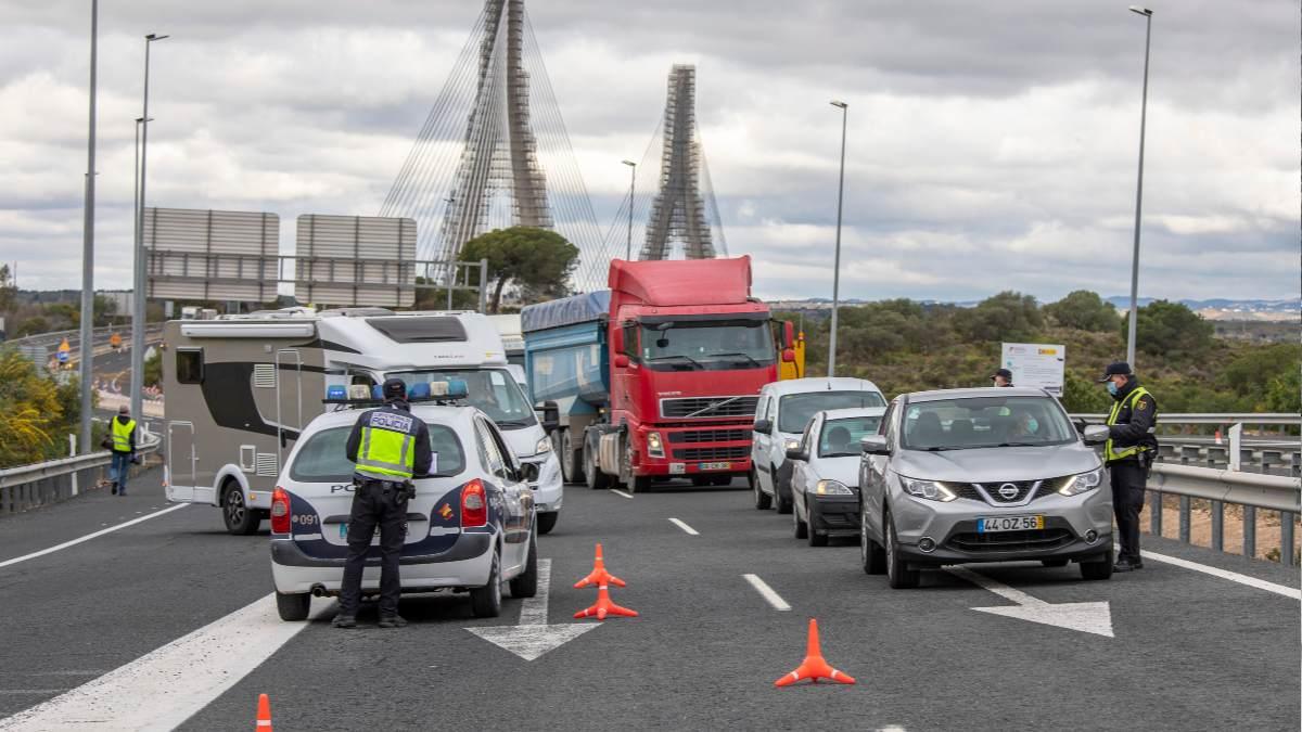 Efectivos de la Guardia Civil y de la Policía Nacional realizando controles. (Foto: EP)