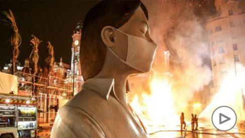 Prenden fuego a la falla de la Plaza del Ayuntamiento de Valencia sin público y tres días antes de San José. Foto: EP