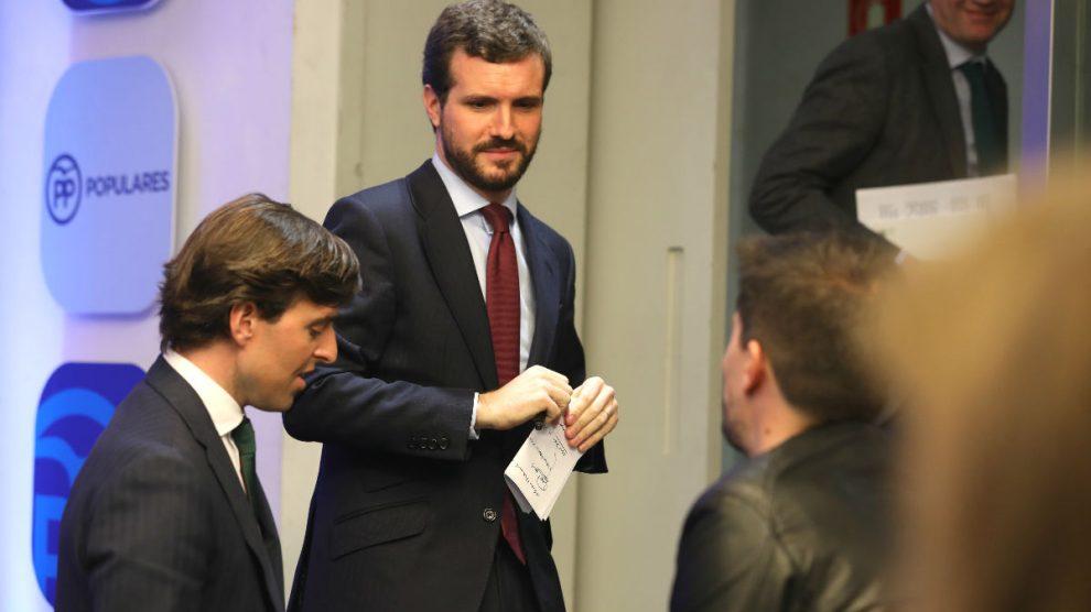 El presidente del Partido Popular, Pablo Casado (centro), junto al vicesecretario nacional de Comunicación del PP, Pablo Montesinos (a su derecha). (Foto: Europa Press)
