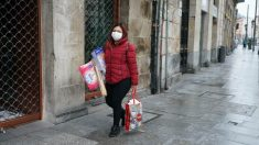 Una mujer pasea por la calle tras hacer la compra. Foto: EP