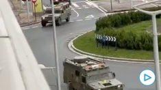 Vehículos VAMTAC de la UME por las calles de Vitoria.