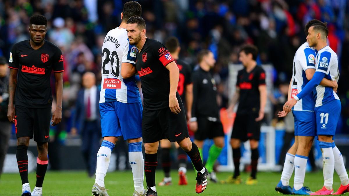 Koke y Bernardo se saludan a la conclusión del Espanyol – Atlético. (AFP)