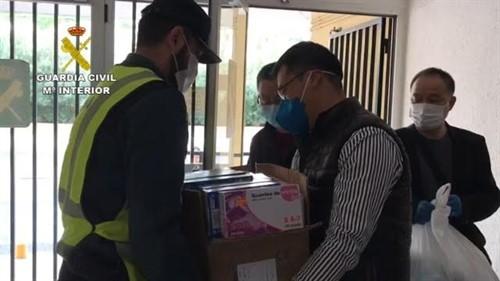 Ciudadanos de la comunidad china entregan a la Guardia Civil material sanitario para combatir el coronavirus