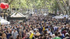 Las Ramblas de Barcelona, atestadas de gente en la celebración de Sant Jordi el pasado año