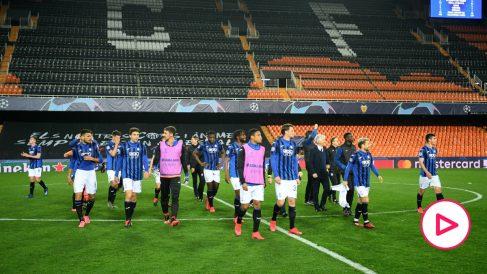 Los jugadores de la Atalanta, en el césped de Mestalla tras el partido. (Getty)