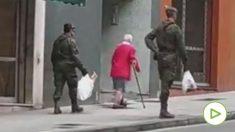 Militares ayudando a las personas discapacitadas.