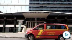 Un vehículo de bomberos en las inmediaciones del Hotel Ayre Gran Colón un día antes de recibir a los primeros pacientes con coronavirus. (Foto: Europa Press)