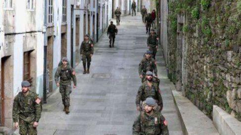 Los soldados de la Brilat desplegados en las calles de Santiago de Compostela.