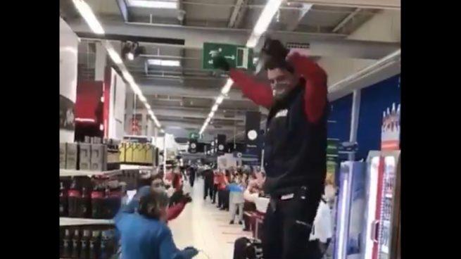 Trabajadores del Carrefour se emocionan cantando y bailando 'Resistiré'